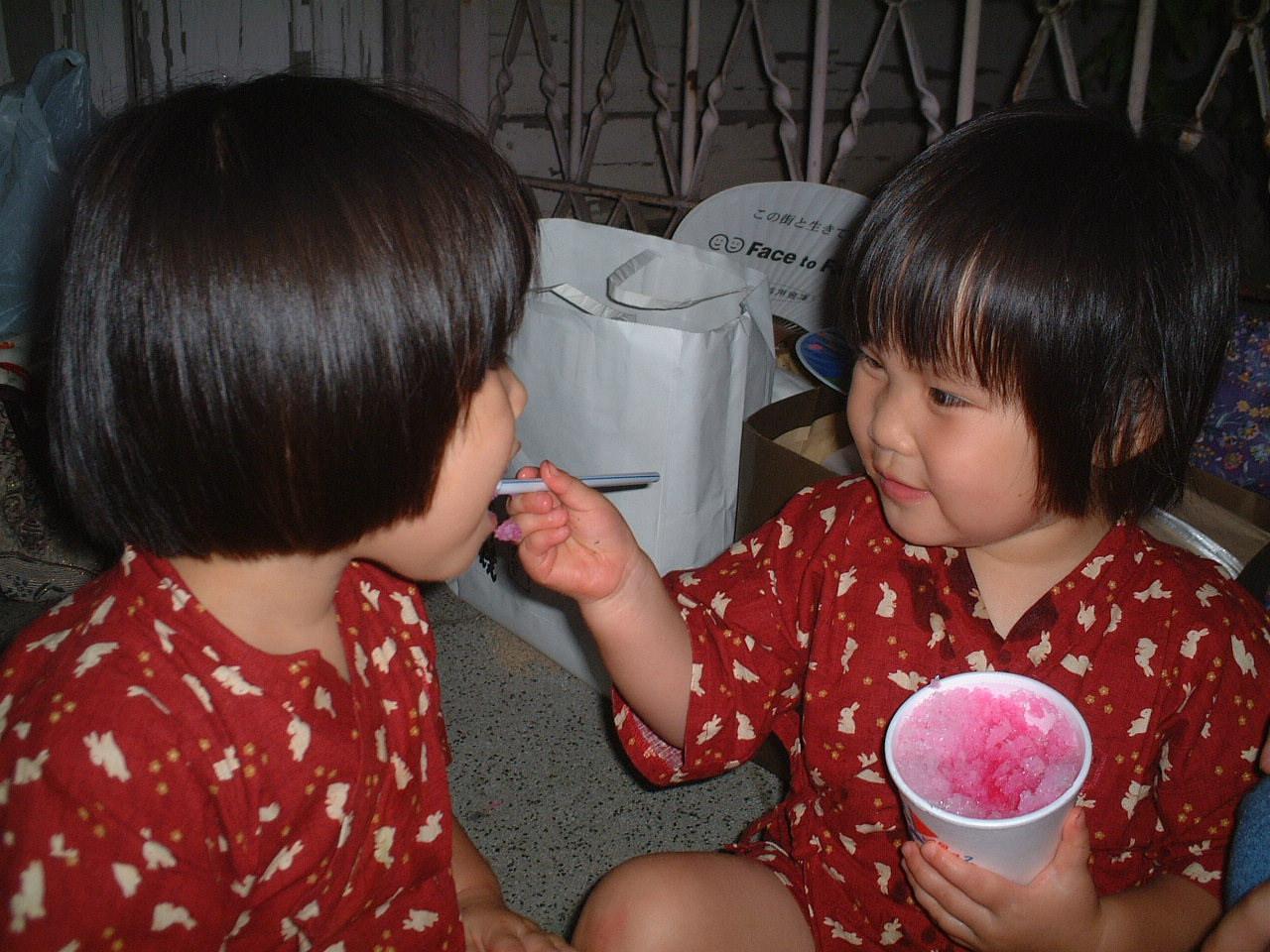 夏祭り カキ氷を食べさせあう微笑ましい二人・・・。 もうすぐ三歳でっす。